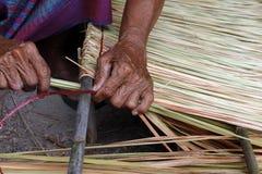 La photo montre comment faire un vétiver de panneau pour le toit de hutte, métiers de travail manuel de vétiver de panneau pour l Photographie stock libre de droits