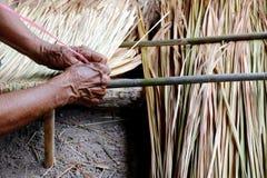 La photo montre comment faire un vétiver de panneau pour le toit de hutte, métiers de travail manuel de vétiver de panneau pour l Images stock