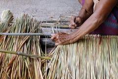 La photo montre comment faire un vétiver de panneau pour le toit de hutte, métiers de travail manuel de vétiver de panneau pour l Photo libre de droits
