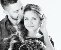 La photo noire et blanche de jeunes couples renversants en été mettent en place photos libres de droits