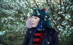 La photo originale de mode d'une jeune fille dans les cheveux bleus images libres de droits