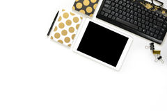 La photo plate de configuration du bureau blanc de bureau avec le carnet de comprimé, de clavier et d'or copient le fond de l'esp Photographie stock libre de droits
