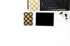 La photo plate de configuration du bureau blanc de bureau avec le carnet de comprimé, de clavier et d'or copient le fond de l'esp Image stock