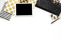La photo plate de configuration du bureau blanc de bureau avec le carnet de comprimé, de clavier et d'or copient le fond de l'esp Photographie stock