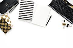 La photo plate de configuration du bureau blanc de bureau de femmes avec le carnet de portefeuille, de clavier et d'or copient le Photographie stock libre de droits
