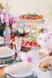 La photo savoureuse du gâteau délicieux de fruit décoré des fraises et les cerises situées sur le conseil durcissent Il est Photo libre de droits
