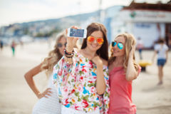 La photo sur les amies de la station de vacances trois Photo stock