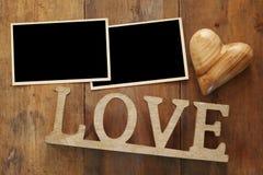 la photo vide encadre le prochain mot AMOUR des lettres en bois Image libre de droits