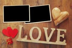 la photo vide encadre le prochain mot AMOUR des lettres en bois Image stock