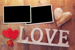 la photo vide encadre le prochain mot AMOUR des lettres en bois Photos stock