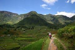 La photographe de fille est sur la route à la montagne Photos stock