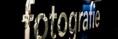 La photographie de inscription de mot est lumineuse sur un fond noir photo stock