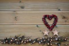 La photographie de Noël avec de l'argent et l'or a coloré l'ornement d'arbre de gland sur le fond en bois rustique naturel avec l Photos stock