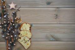 La photographie de Noël avec de l'argent et l'ornement d'arbre de gland coloré par or sur le fond en bois rustique naturel avec l Photos stock
