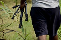 La photographie de personnes portent la vie sauvage d'homme de support de caméra images stock