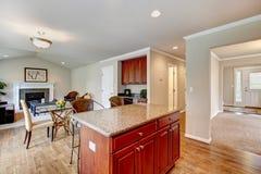 La pièce élégante de cuisine avec la salle à manger s'est étendue le salon Image stock