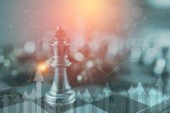 La pièce d'échecs de roi avec des échecs d'autres tout près vont vers le bas du concept de flottement de jeu de société des affai Images libres de droits
