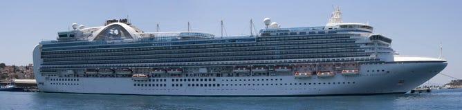 La pièce d'Emerald Princess de la flotte de princesse Cruises s'est accouplée dans Kusadasi Turquie image libre de droits