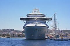 La pièce d'Emerald Princess de la flotte de princesse Cruises s'est accouplée dans Kusadasi Turquie images libres de droits