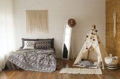 La pièce d'enfants intérieure de tipi de lit de boho de style de chambre à coucher photo libre de droits