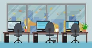 La pièce de bureau avec des lieux de travail grande fenêtre et automne aménagent en parc Photo stock