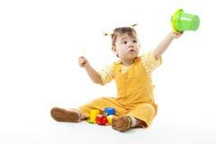 La pièce de gosse se reposent et avec des jouets, retenant le seau image libre de droits