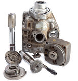 La pièce de la pompe à haute pression de voiture et de l'outil pour la réparation sur un fond blanc Images stock