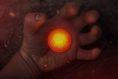 La pièce de monnaie chaude Bitcoin se trouve sur sa main photos libres de droits