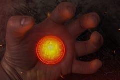 La pièce de monnaie chaude Bitcoin se trouve sur sa main photo stock
