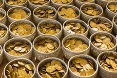 La pièce de monnaie de Bouddha dans le bolw se préparent à donnent dans le temple public dans Thail photos stock