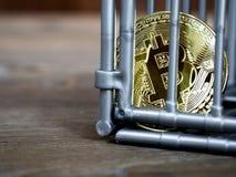La pièce de monnaie est dans la couleur grise d'entaille mise sur une table en bois Le concept de l'investissement et fluctuation images libres de droits
