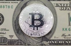 La pièce de peu s'est trouvée sur les cent billets d'un dollar du côté front Image stock