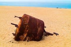 La pièce de Rosty de métal à la plage photographie stock