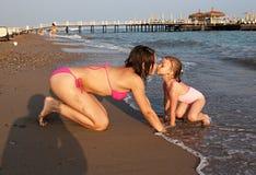 La pièce de soeurs sur la plage. Photographie stock