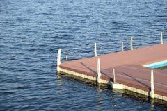 La pièce du quai et la clôture avec des cordes de la surface de l'eau Images libres de droits