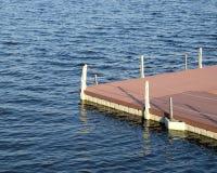 La pièce du quai et la clôture avec des cordes de la surface de l'eau Photos libres de droits