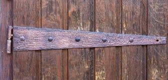 La pièce en métal de la porte en bois la vieille église en Europe Image stock