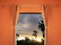 la pièce orange ont une fenêtre avec des abat-jour que vous pouvez voir le coucher du soleil dedans même Photo libre de droits