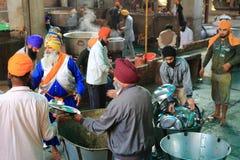 La più grande cucina libera del mondo di Harmandir Sahib (tempio dorato) Immagine Stock