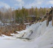 La più vecchia centrale idroelettrica nel ` del sud delle soglie del ` di Urals Scarico di acqua in eccesso tramite i portoni del Immagine Stock Libera da Diritti