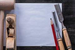 La piallatrice di legno del martello degli scalpelli più costanti disegna a matita il construc di carta pulito Fotografie Stock Libere da Diritti