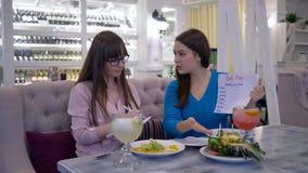 La pianificazione di dieta, dietista consiglia il paziente femminile circa alimento sano per perde il peso durante il brunch deli video d archivio