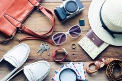 La pianificazione e l'attrezzatura di turismo hanno avuto bisogno di per il viaggio sul pavimento di legno Fotografie Stock Libere da Diritti