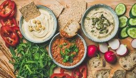 la Piano-disposizione del vegetariano immerge il hummus, babaganush, muhammara fotografia stock libera da diritti