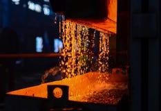 La pianta metallurgica dell'industria pesante scintilla il metall della stufa Pianta pesante di pezzo fucinato immagine stock libera da diritti
