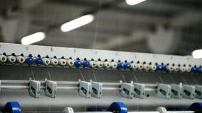 La pianta per la fabbricazione dei materassi alla macchina di cucito della fabbrica muove rapidamente i fili tramite i rulli stock footage