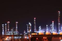 La pianta petrochimica della raffineria di petrolio lucida alla notte, fotografie stock
