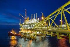 La piattaforma d'elaborazione centrale del gas e dell'IL nel golfo del Siam ha prodotto i gas grezzi ed il condensato fotografia stock libera da diritti