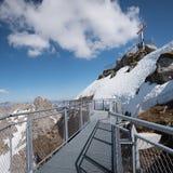 La piattaforma dell'allerta a nebelhorn e la sommità attraversano, alpi di allgau Fotografie Stock