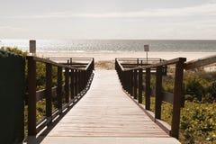 La piattaforma di legno alla spiaggia Fotografia Stock